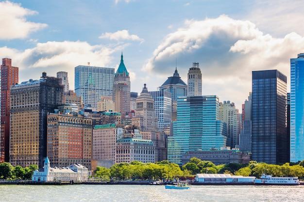 ハドソン川の上のマンハッタンスカイラインのあるニューヨーク市