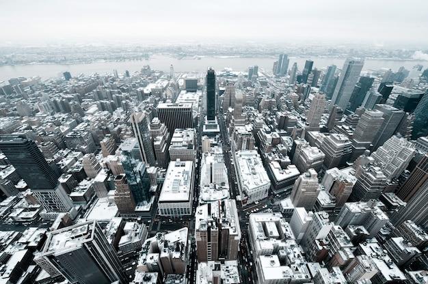 ニューヨーク-2012年12月22日:寒い冬の日に高層ビルとニューヨーク市マンハッタンミッドタウン空中パノラマビュー