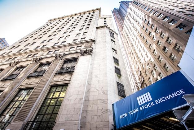 Нью-йоркская фондовая биржа на уолл-стрит, сша