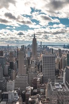 Нью-йорк, сша top of the rock в нью-йорке, прекрасный вид на эмпайр стейт билдинг