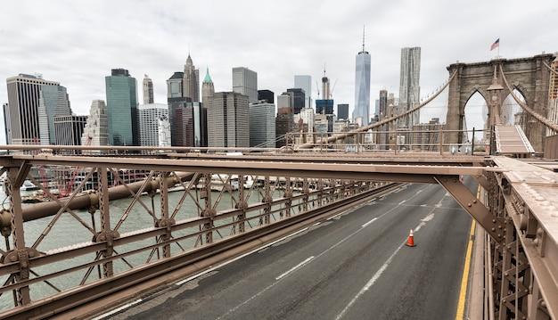 Нью-йорк, сша - 29 апреля 2016: бруклинский мост в нью-йорке. манхэттен на фоне линии горизонта