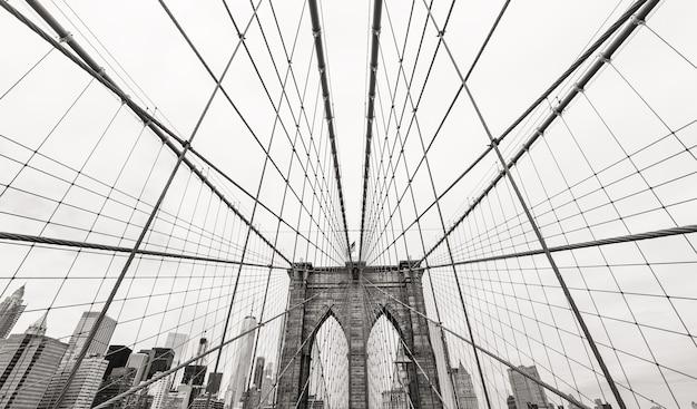 Нью-йорк, сша. черно-белое изображение бруклинского моста и манхэттена