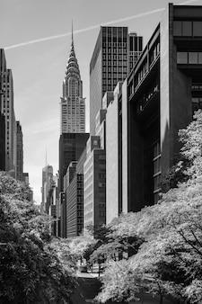 뉴욕, 미국 - 2014년 6월 1일: 크라이슬러 빌딩과 맨해튼 현대 건축의 흑백 이미지. 맨해튼은 뉴욕시의 5개 자치구 중 가장 인구 밀도가 높은 곳입니다.