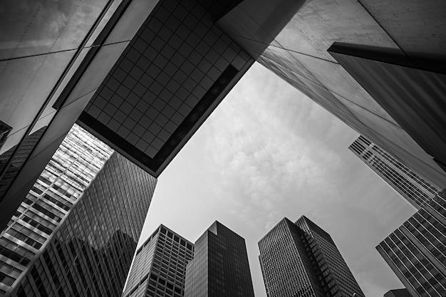 뉴욕, 미국 - 2014년 6월 1일: 맨해튼 현대 건축의 흑백 이미지. 맨해튼은 뉴욕시의 5개 자치구 중 가장 인구 밀도가 높은 곳입니다.