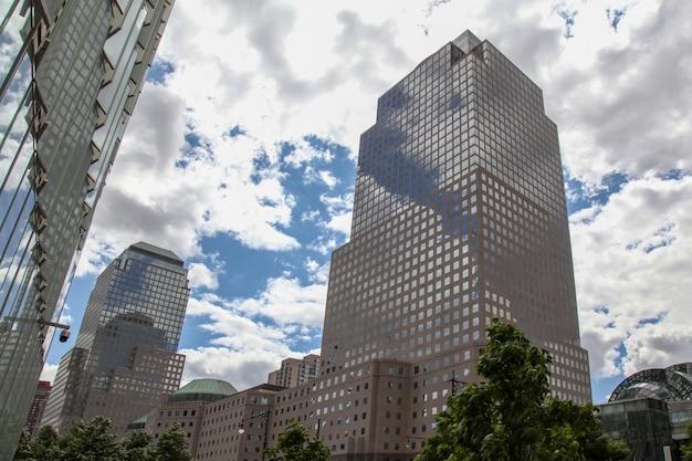 Нью-йорк, сша-июнь 16,2018: современный buliding высок в нью-йорке около одного здания мировой торговли на сша.