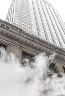 ニューヨーク、アメリカ合衆国-2016年5月3日:マンハッタンのストリートシーン。ニューヨークのマンハッタンの路上の地下鉄からの蒸気の雲。マンハッタンの典型的な眺め