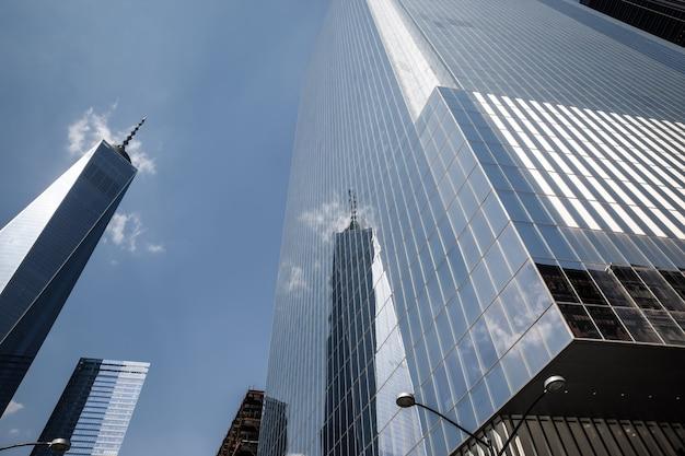 Нью-йорк, сша - 04 мая 2015: современная архитектура манхэттена. манхэттен - самый густонаселенный из пяти районов нью-йорка.