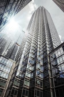 Нью-йорк, сша - 5 мая 2015: современная архитектура манхэттена. манхэттен - самый густонаселенный из пяти районов нью-йорка.