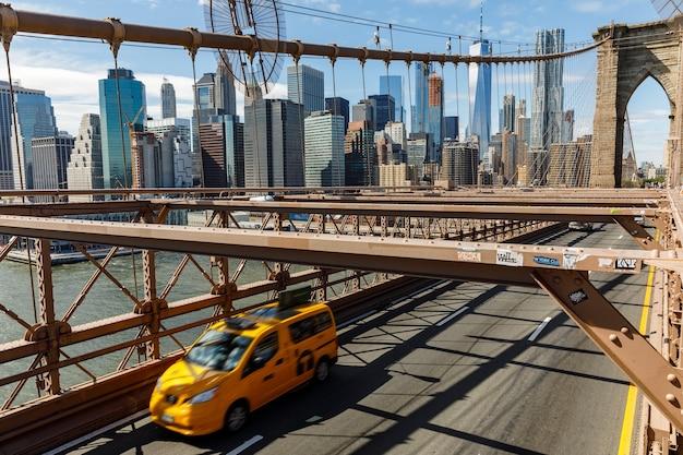 Нью-йорк, сша - 22 сентября 2017: бруклинский мост и финансовый район в нью-йорке. движение автомобилей в час пик на автомобильной дороге бруклинского моста