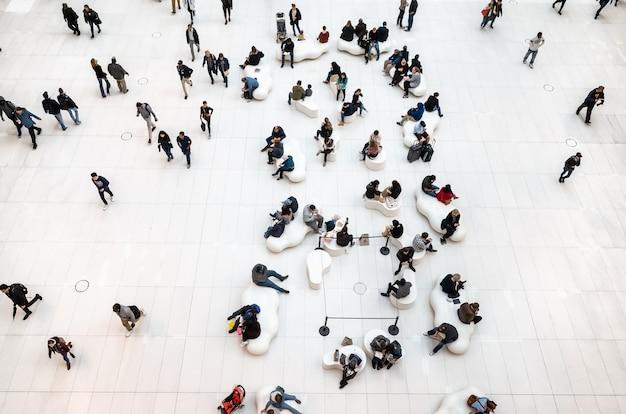 ニューヨーク、アメリカ合衆国-2018年9月28日:ニューヨークのモダンなビジネスセンターのロビーの人々のイメージ