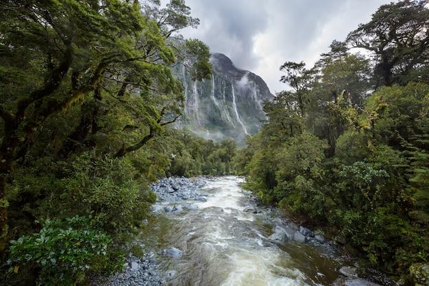 谷のニュージーランド川、美しい山々の風景