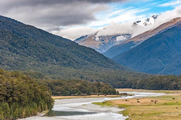 Летний пейзаж новой зеландии с горным хребтом зеленое поле и голубое небо, южный остров, новая зеландия