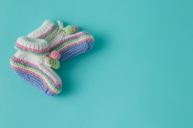 신생아 발표 템플릿입니다. 일반 배경에 수제 니트 옷
