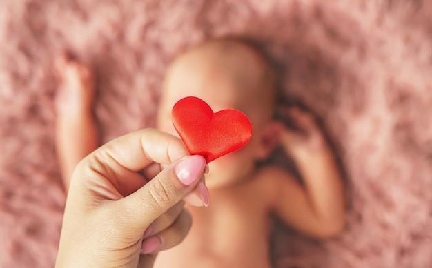 生まれたばかりの赤ちゃんとお母さんの手。セレクティブフォーカス。人。