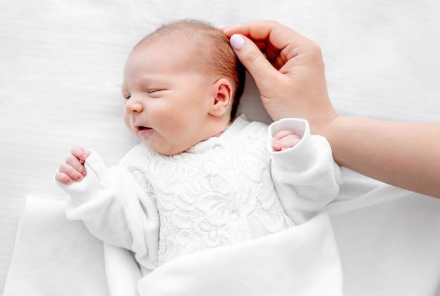 Новорожденный ребенок и мать рука