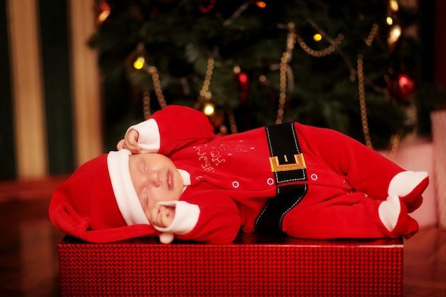 크리스마스 트리에서 신생아