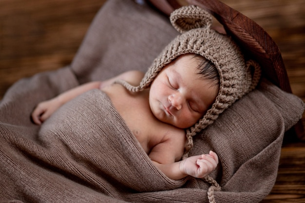 신생아, 아름다운 유아는 침대에서 자고 10 일 된 소녀 나무 배경에 갈색 모피 담요에 놓여 있습니다. 공간을 복사하십시오.