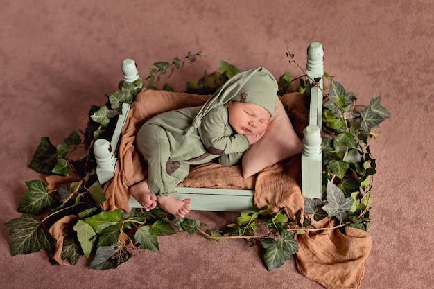 Новорожденный мальчик спит в кроватке