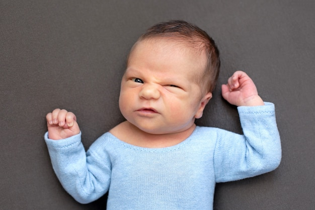 生まれたばかりの赤ちゃんの感情、子供の変な顔、感情。