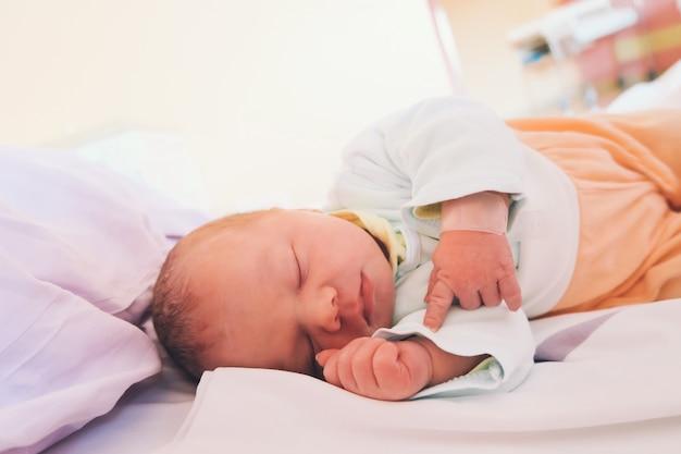 Новорожденный ребенок первые дни жизни в родильном зале младенец спит в больнице после родов