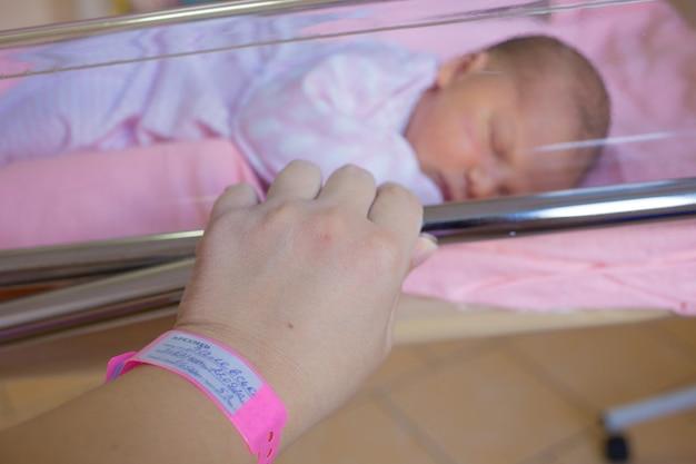 Новорожденный ребенок первых дней жизни в родильном зале.
