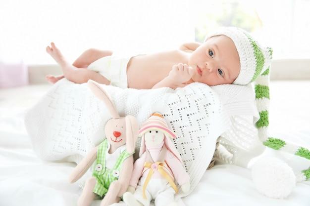 生まれたばかりの女の赤ちゃん、生後 7 日、柔らかい毛布の上に横たわる