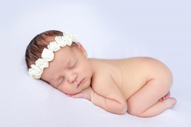 Спящая новорожденная девочка Premium Фотографии