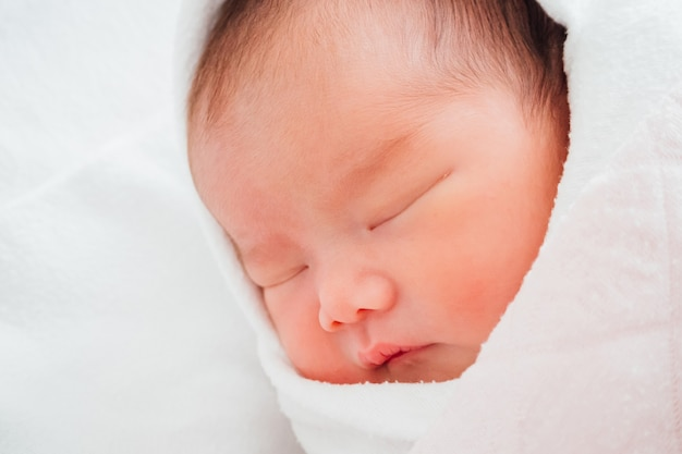 眠っている生まれたばかりの女の赤ちゃん