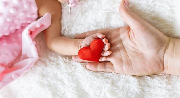 生まれたばかりの赤ちゃんが母親の手を握っています。セレクティブフォーカス。人。