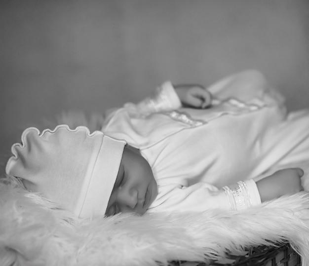담요에 누워 잠을 자는 신생아