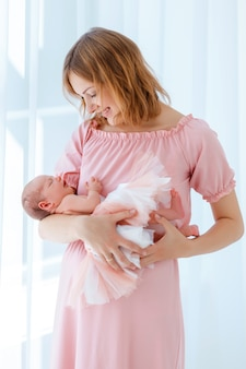 生まれたばかりの赤ちゃんは母親の手で眠る