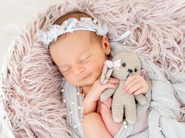 バスケットで寝ている生まれたばかりの赤ちゃん