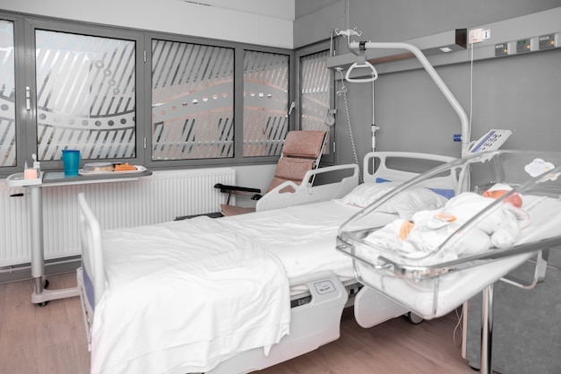 병원 침대에서 자고 있는 신생아