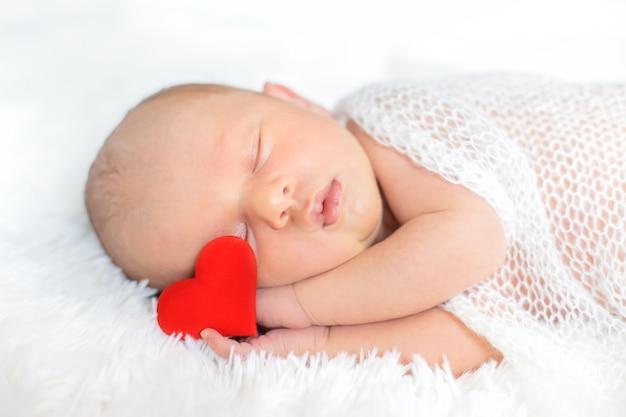 白い背景で眠っている新生児。セレクティブフォーカス。人。