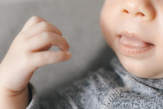 신생아 수면, 작은 혀로 입을 벌리십시오.