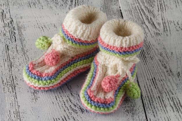 洗礼式や誕生日の招待状の発表のための新生児ブーツ