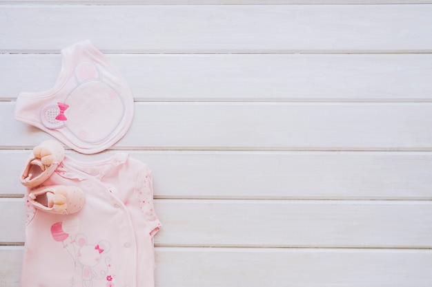 Concetto appena nato con abiti e spazio