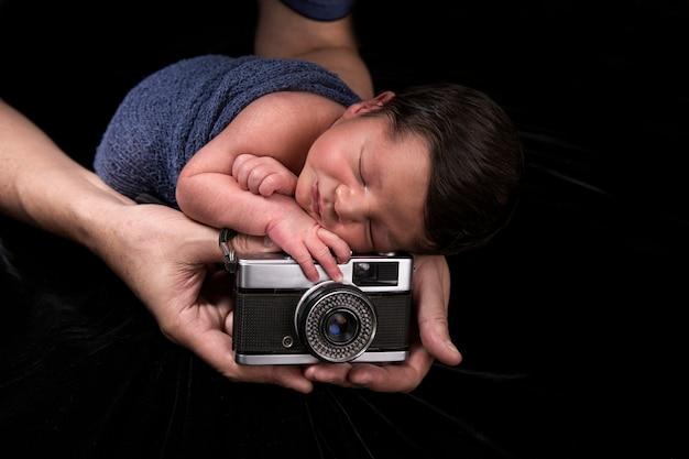 오래 된 카메라와 함께 신생아 잠자는 아기