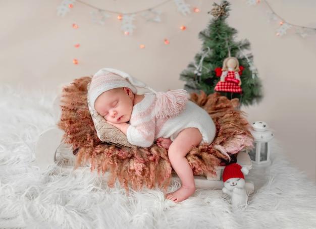 Новорожденный спит на крошечной кровати