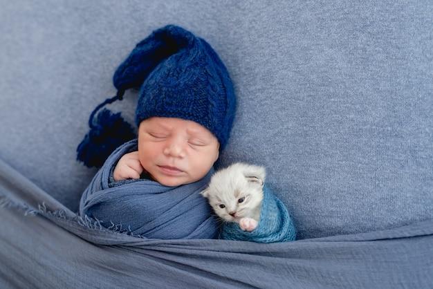 새끼 고양이와 자는 신생아