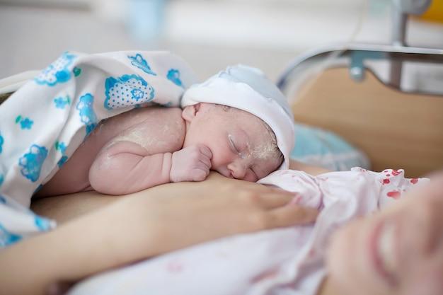 병원에서 새로 태어난 아기