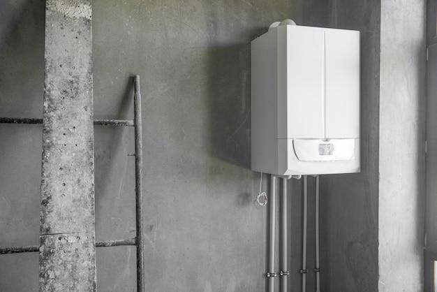 수리 중인 방에 새로 설치된 온수기. 방의 기본 수리