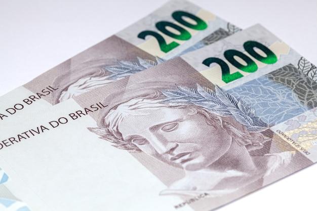 新しく発売された200レアルのブラジルの紙幣のクローズアップの詳細