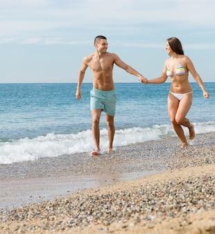 해변에서 새로 결혼 된 한 한 쌍