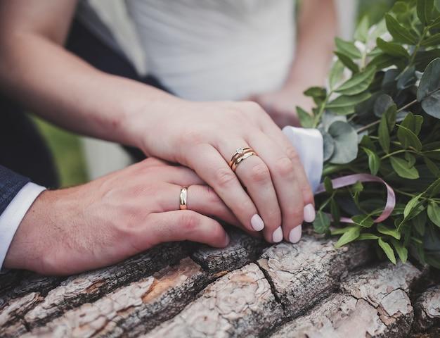 新婚夫婦。手に指輪を持った結婚式のカップルのクローズアップ