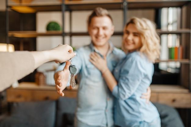 Молодожены получают в подарок ключи от квартиры.