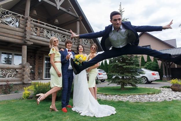 ヴィラでの結婚式を楽しんでいる花嫁介添人や彼氏と新婚