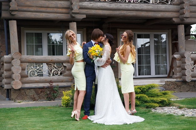 Молодожены с подружками невесты на свадебной церемонии на вилле Premium Фотографии