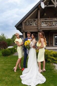 Молодожены с подружками невесты на свадебной церемонии на вилле
