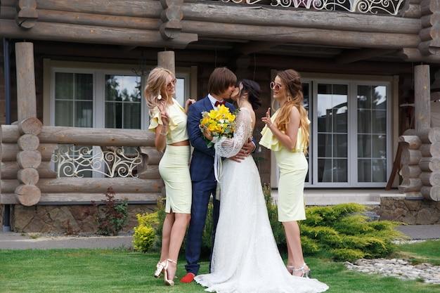 ヴィラでの結婚式で新婦付け添人と新婚